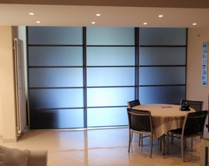 cloison coulissante s parative plexiglass et aluminium anthracite cannes 06 par casalux home. Black Bedroom Furniture Sets. Home Design Ideas