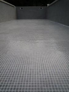 Piscine en mosa que de p te de verre grise 2x2cm plomeur for Piscine design mosaique